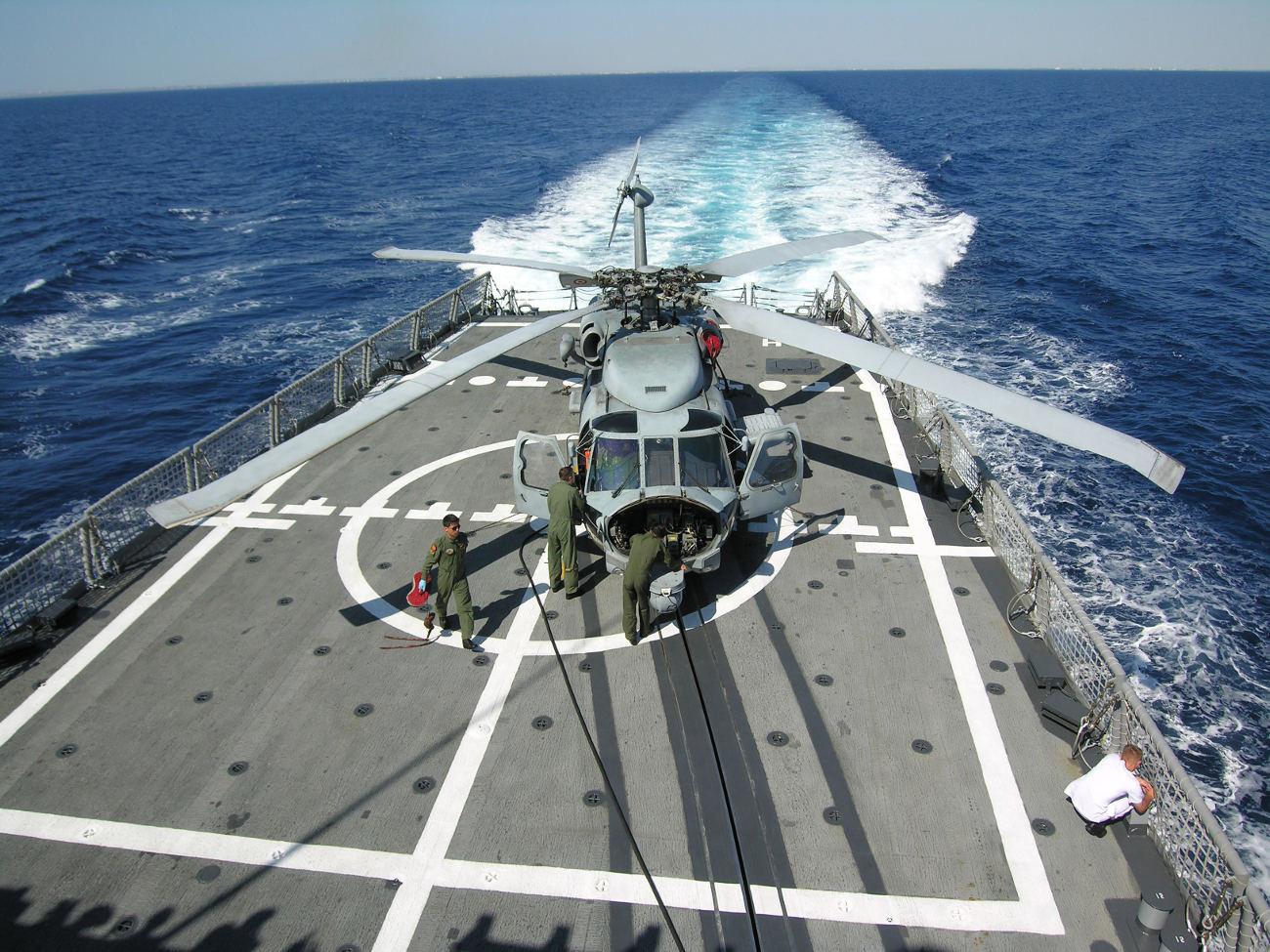 Τουρκική φρεγάτα υποδέχεται πολεμικό ελικόπτερο στη θάλασσα