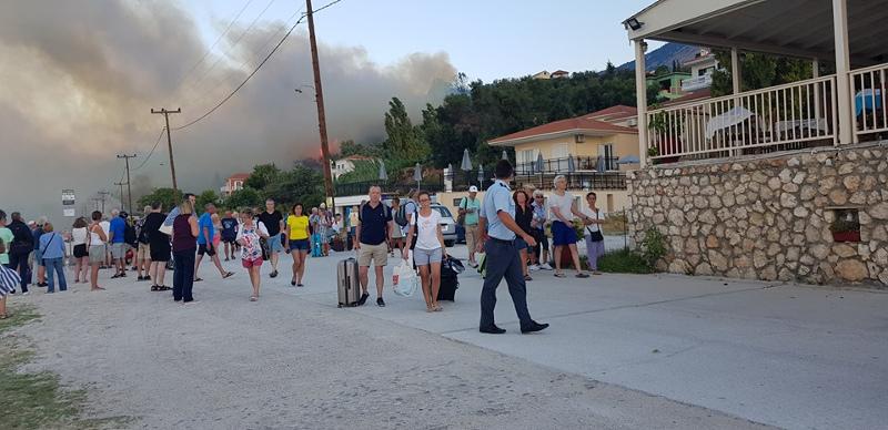 Τουρίστες φεύγουν από τη φωτιά στην Κεφαλονιά