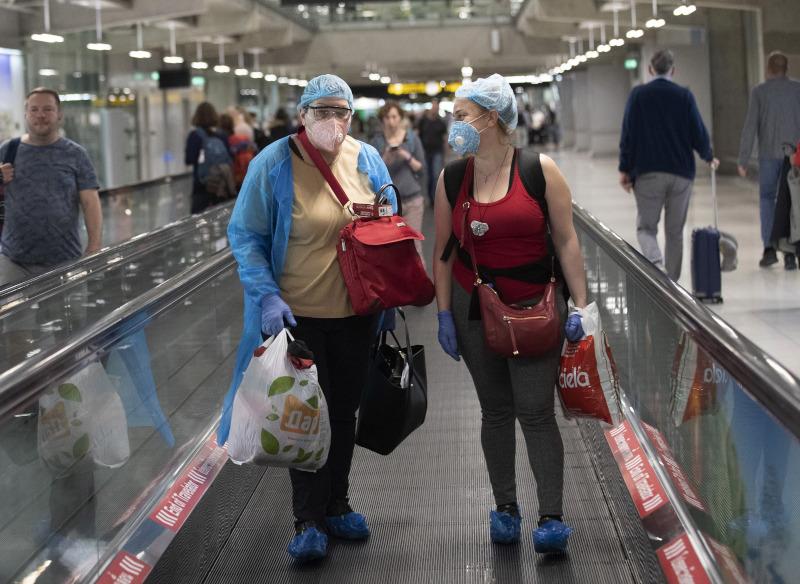 τουρίστες με μάσκες στο αεροδρόμιο της Μπανγκόκ
