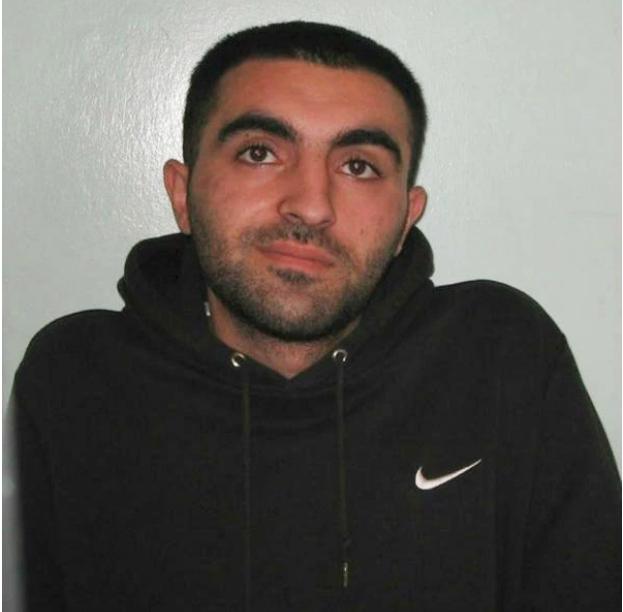 Κοντινό σε Τούρκο κακοποιό με μαύρο φούτερ που συνελήφθη στο Λονδίνο