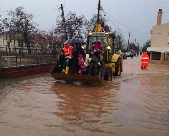 Κόσμος μεταφέρεται με τρακτέρ σε πλημμυρισμένη περιοχή