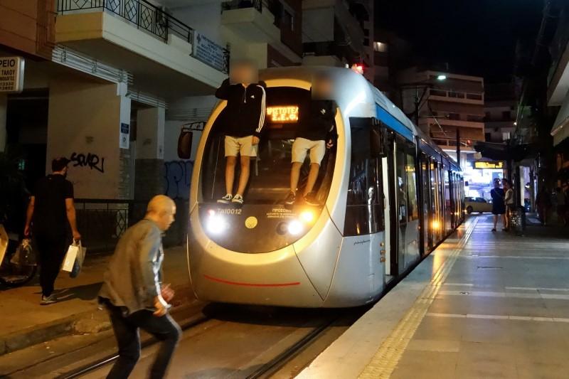 Ανήλικοι σκαρφαλωμένοι σε τραμ