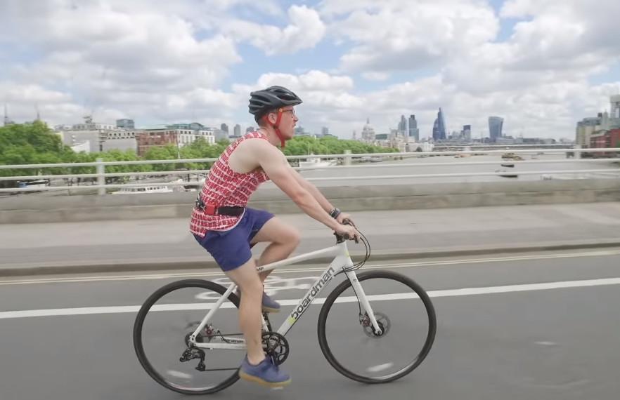 Άνδρας κάνει ποδήλατο φορώντας κράνος