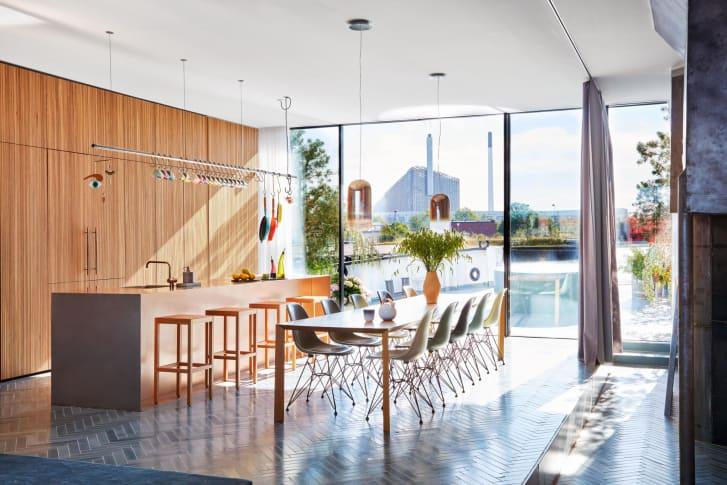 Η μοντέρνα και φωτεινή κουζίνα του σπιτιού
