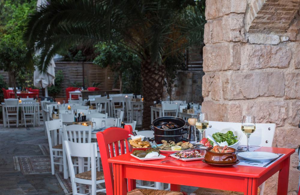 Γιουβέτσι γαρίδες, αχνιστά μύδια, χταπόδι ξιδάτο και φρέσκα ψάρια και θαλασσινά στον πετρόχτιστο κήπο του «Ψαράκια και Θαλασσινά» στη Γλυφάδα