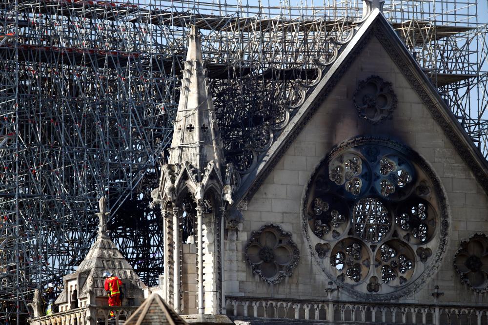 Εικόνα της Παναγίας των Παρισίων μετά τη φωτιά