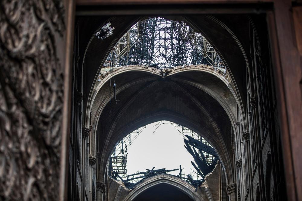 Εικόνα από το εσωτερικό της Παναγίας των Παρισίων, που έχει καταρρεύσει η οροφή