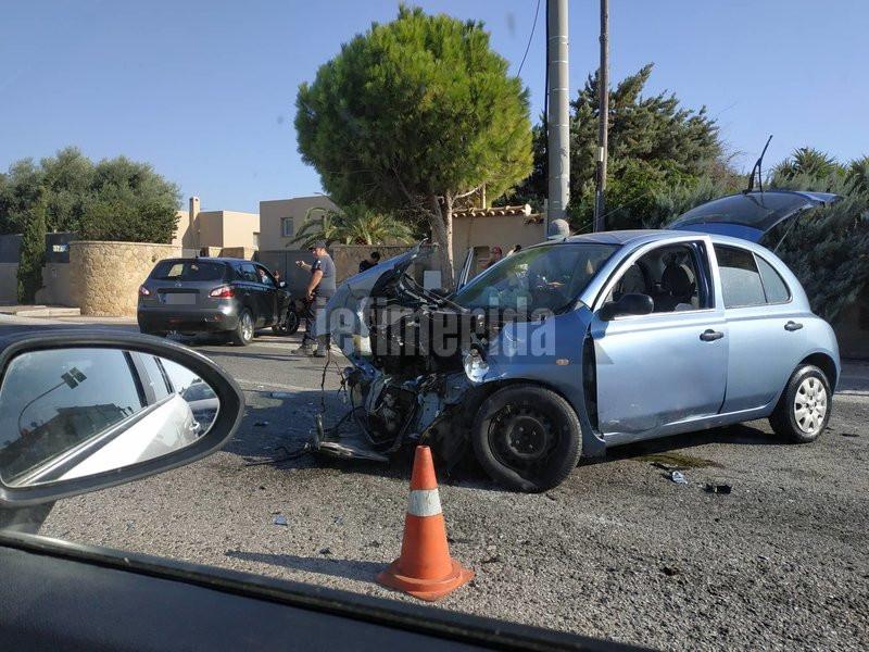 Σφοδρή σύγκρουση δύο τουλάχιστον ΙΧ αυτοκινήτων στην παραλιακή Αθηνών-Σουνίου στην Γαλάζια Ακτή