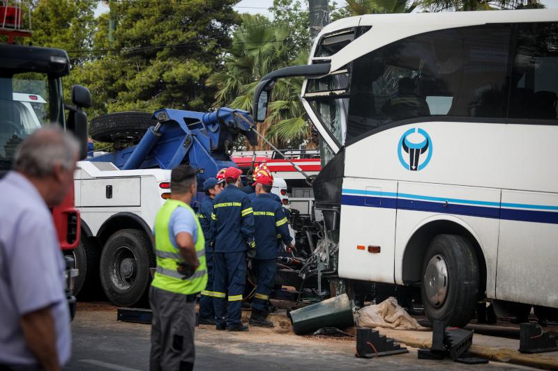 επιχείρηση απεγκλωβισμού οδηγού λεωφορείου μετά από τροχαίο