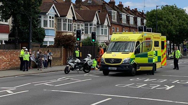 Δρόμος με ασθενοφόρα και αστυνομία
