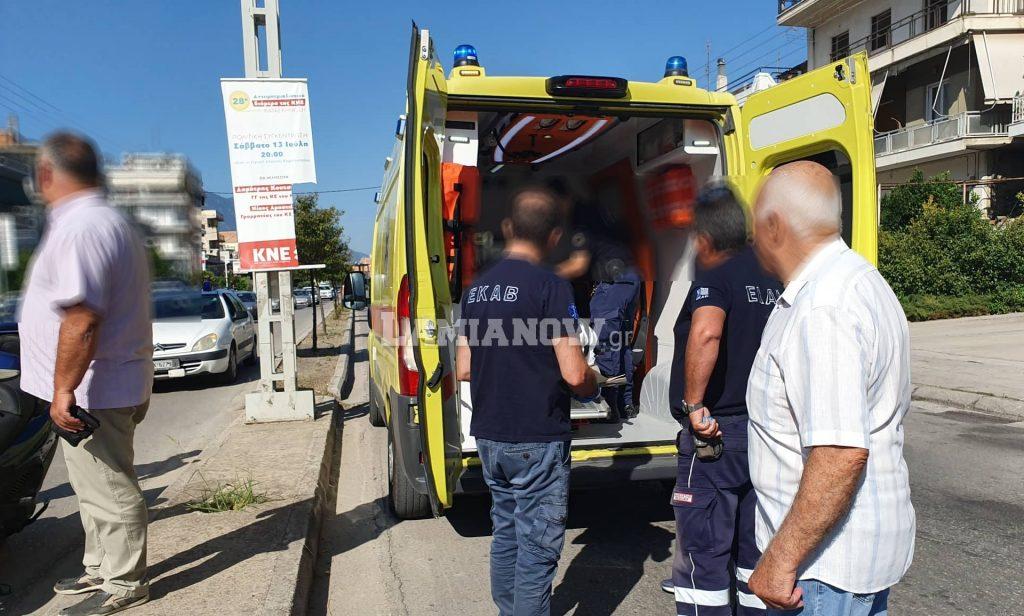Το ασθενοφόρο του ΕΚΑΒ που παρέλαβε την τραυματισμένη γυναίκα
