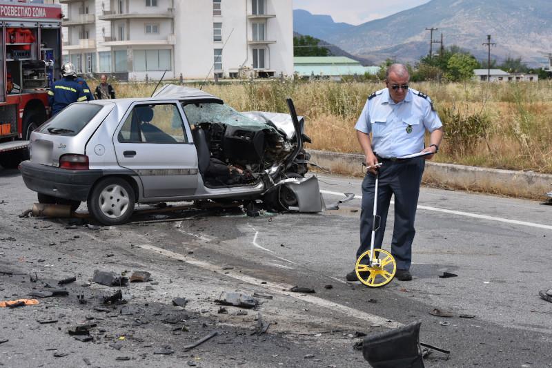 Αστυνομικός μπροστά από αυτοκίνητο μετά από τροχαίο δυστύχημα