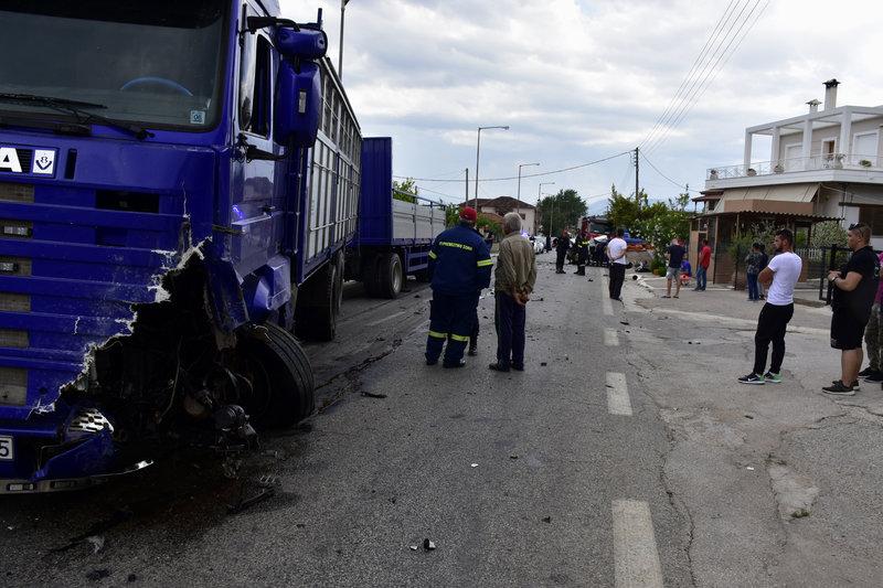 Η αριστερή πλευρά του φορτηγού μετά τη σφοδρή σύγκρουση