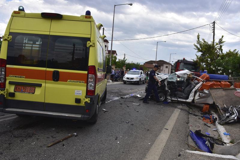 Ασθενοφόρο του ΕΚΑΒ , πυροσβέστες και αστυνομικοί απεγκλώβισαν την σορό του ηλικιωμένου οδηγού