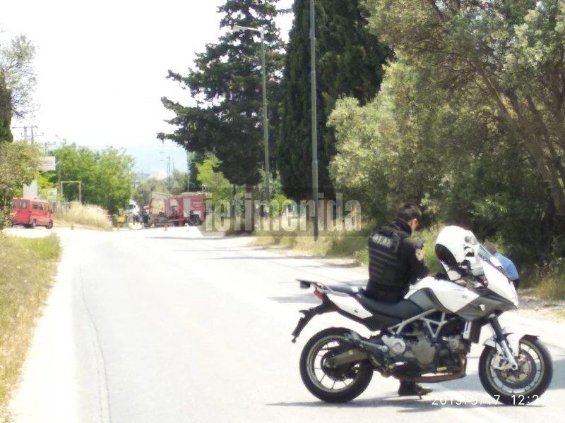 Αστυνομικός έχει αποκλείσει τον δρόμο που οδηγεί στο σημείο του δυστυχήματος