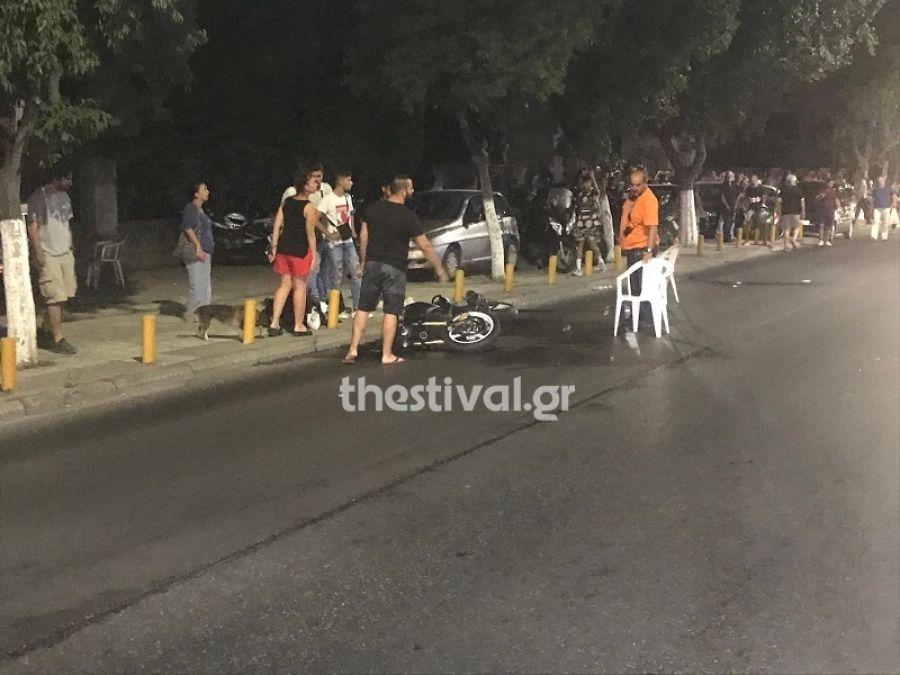 Το σημείο του τροχαίου με τη μηχανή στην άσφαλτο στην οδό Λαγκαδά, στη Θεσσαλονίκη