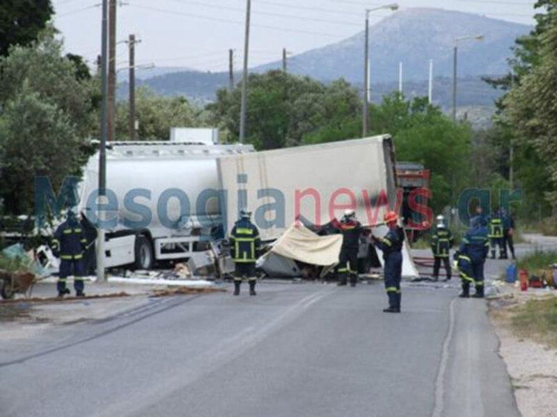 Μια ακόμη εικόνα που δείχνει τα σχεδόν κατεστραμμένα οχήματα που ενεπλάκησαν στο τροχαίο