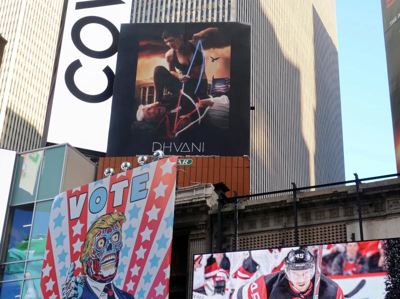Αφίσες στην Times Square με τον Τραμπ ζόμπι και να τον πατάει γυναίκα