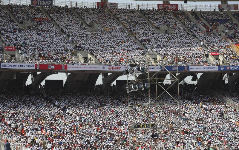 Πλήθος κόσμου κατέκλυσε στάδιο στην δυτική Ινδία για να υποδεχθεί τον Ντόναλντ Τραμπ