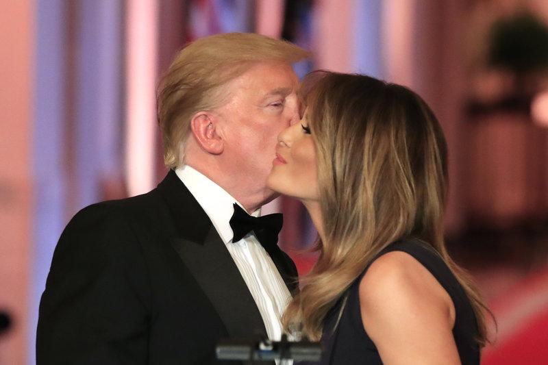Ντόναλντ και Μελάνια Τραμπ ανταλλάσσουν φιλί στο μάγουλο