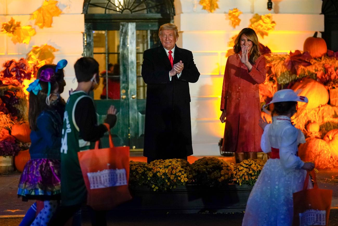 Ο Τραμπ χειροκροτεί παιδιά με την Μελάνια να χαιρετά έναν μικρό που ντύθηκε Αντετοκούνμπο