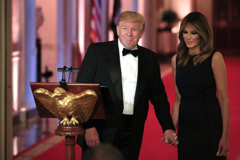 Ο Ντόναλντ και η Μελάνια Τραμπ κρατιούνται χέρι-χέρι