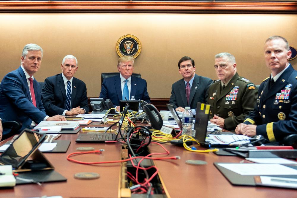 Ο Ντόναλντ Τραμπ με τον αντιπρόεδρο Μάικ Πένς και τους επιτελείς του στην αίθουσα επιχειρήσεων του Λευκού Οίκου
