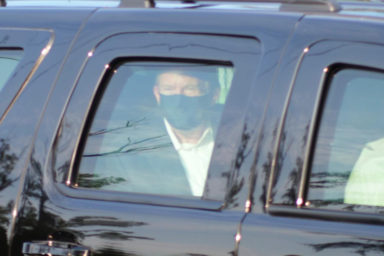Ο Τραμπ σε αυτοκίνητο με μάσκα