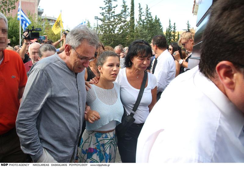 Η κόρη του Λαυρέντη Μαχαιρίτσα και η σύζυγός του με τον Διονύση Τσακνή, που δεν μπορεί να συγκρατήσει τα δάκρυά του