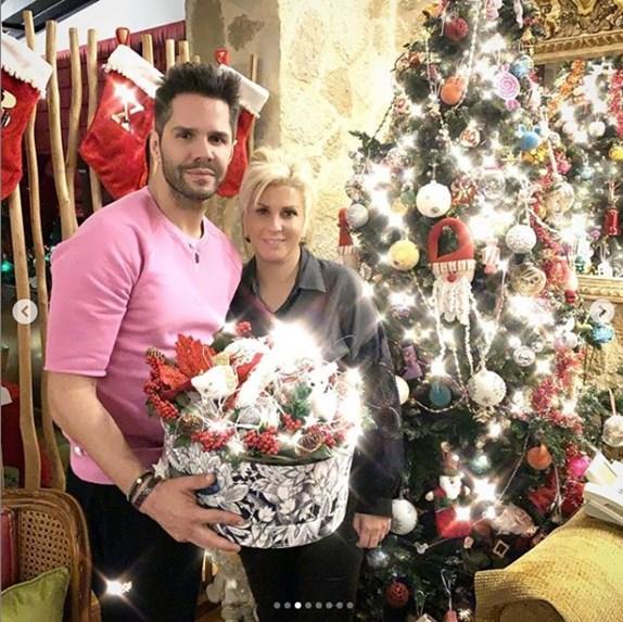 Ο Γιώργος Τσαλίκης ποζάρει με τη σύζυγό του μπροστά από το Χριστουγεννιάτικο δέντρο τους