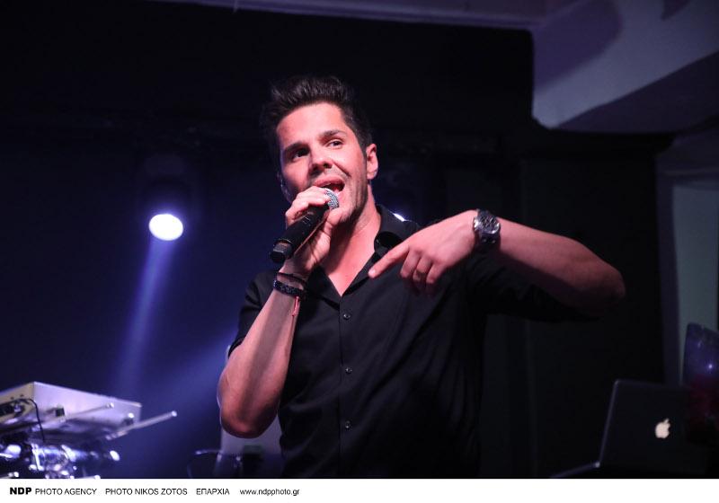 Ο Γιώργος Τσαλίκης τραγουδά
