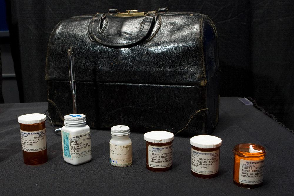 To 2009, η ιατρική τσάντα του Δρ. Νικ και ορισμένα μπουκαλάκια με φάρμακα που έγραφαν το όνομα του Ελβις Πρίσλεϊ βγήκαν σε δημοπρασία