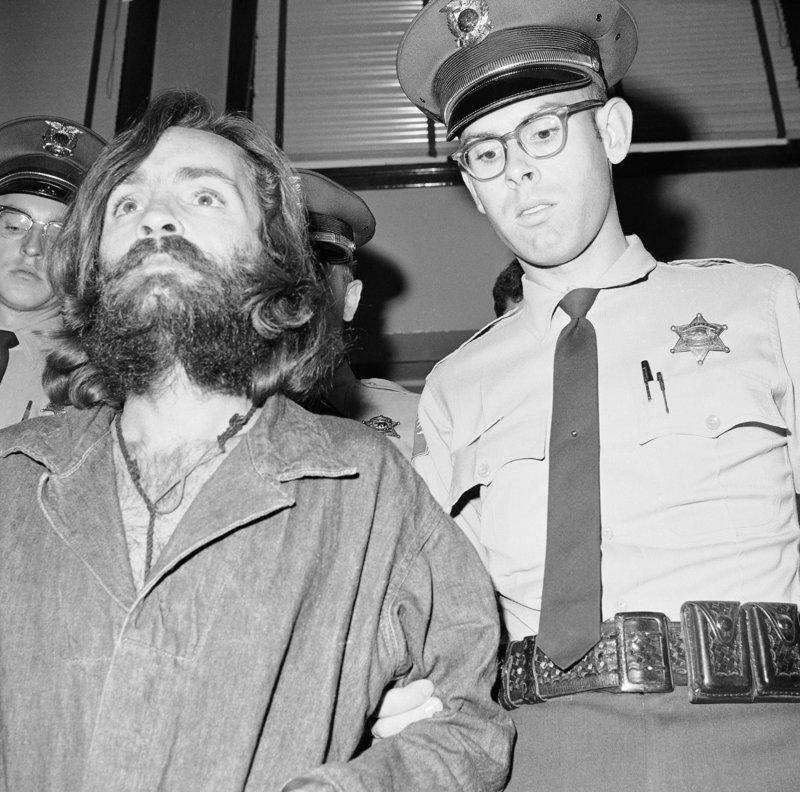 Ο Τσαρλς Μάνσον οδηγείται στο δικαστήριο στις 3 Δεκεμβρίου του 1969