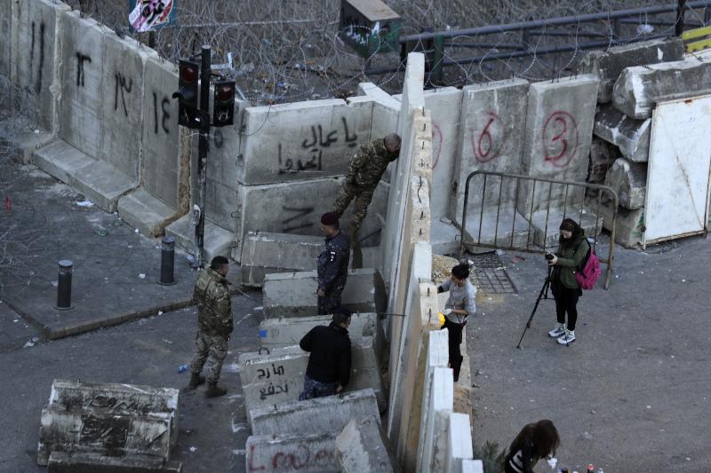Οι τσιμεντένιοι τοίχοι κοντά στο κοινοβούλιο του Λίβανο
