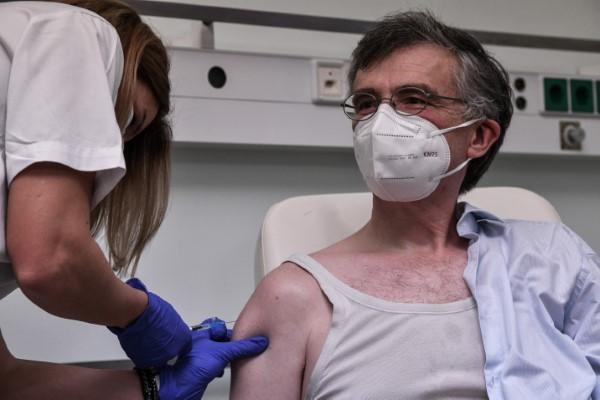 Ο λοιμωξιολόγος Σωτήρης Τσιόδρας κάνει το εμβόλιο -Φωτογραφία: EUROKINISSI/ΤΑΤΙΑΝΑ ΜΠΟΛΑΡΗ