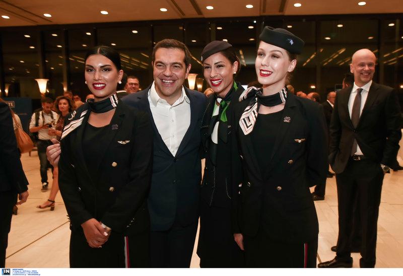 Πλατιά χαμόγελα του πρωθυπουργού αγκαλιά με τις αεροσυνοδούς