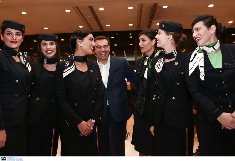 Ο Τσίπρας σπεύδει να φωτογραφηθεί με τις αεροσυνοδούς στην Γ.Σ. του ΣΕΤΕ