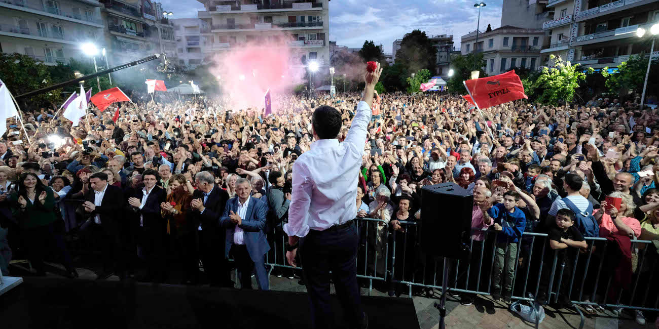 Ο Αλέξης Τσίπρας χαιρετά τους συγκεντρωμένους στο Αγρίνιο