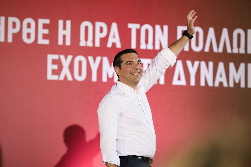 Ο Αλέξης Τσίπρας χαιρετά τους συγκεντρωμένους στην πλατεία Εσταυρωμένου στο Αιγάλεω