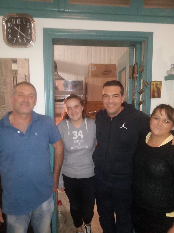 Ο Τσίπρας φωτογραφίζεται με κατοίκους της περιοχής