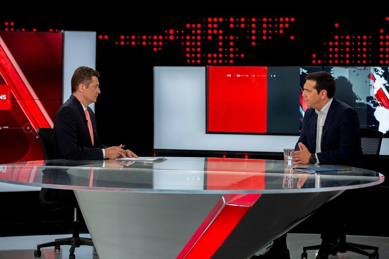 Ο άνκορμαν του κεντρικού δελτίου του ALPHA, Αντώνης Σρόιτερ στη συνέντευξη με τον πρωθυπουργό Αλέξη Τσίπρα