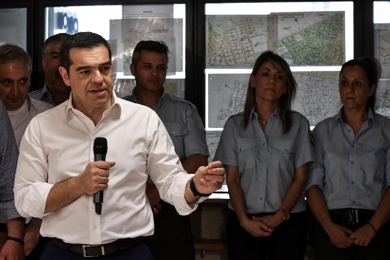 Ο Αλέξης Τσίπρας κατά την επίσκεψή του στην δημοτική Αστυνομία
