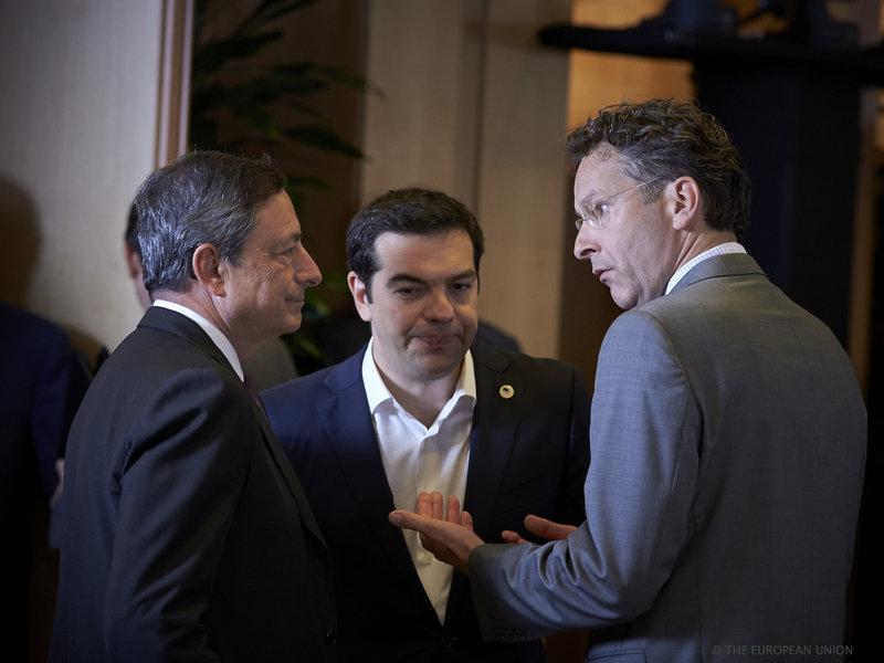 Ο Αλέξης Τσίπρας ανάμεσα σε Ντράγκι (αριστερά) και Ντάισελμπλουμ (δεξιά) στη Σύνοδο Κορυφής της ΕΕ στις 12/06/2015