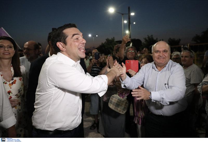 Ο Αλέξης Τσίπρας χαιρετά συγκεντρωμένους στη Δραπετσώνα-Πίσω του η Νίνα Κασιμάτη