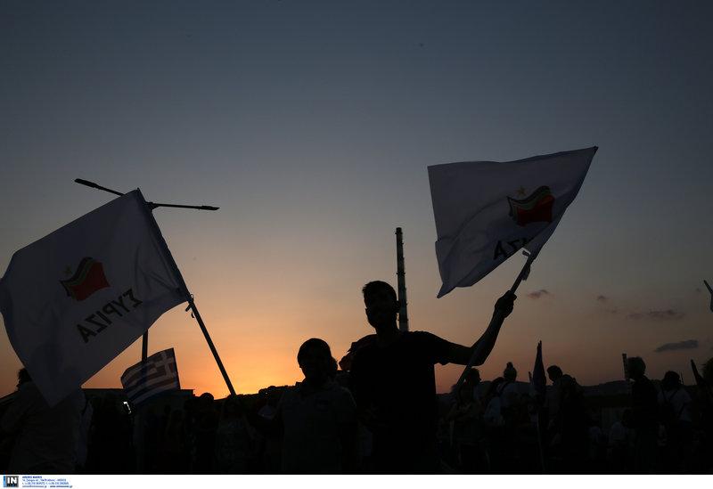 Φίλοι του ΣΥΡΙΖΑ στη Δραπετσώνα ανεμίζουν σημαίες