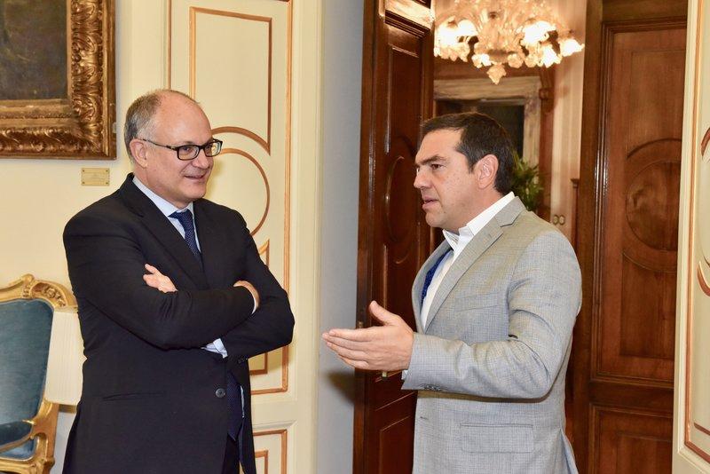 Ο Αλέξης Τσίπρας με τον Ιταλό υπουργό Οικονομικών Ρομπέρτο Γκουαλτιέρι