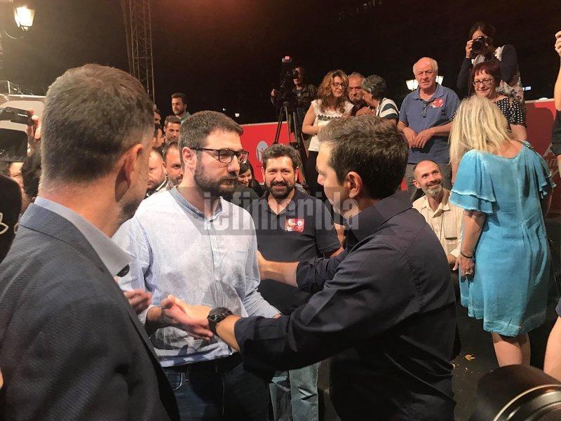 Ο χαιρετισμός του Αλέξη Τσίπρα με τον Νάσο Ηλιόπουλο