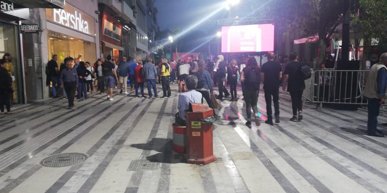 Η φωτογραφία είναι τραβηγμένη στις 20:30 ενώ η ομιλία Τσίπρα επρόκειτο να αρχίσει στις 19:30.