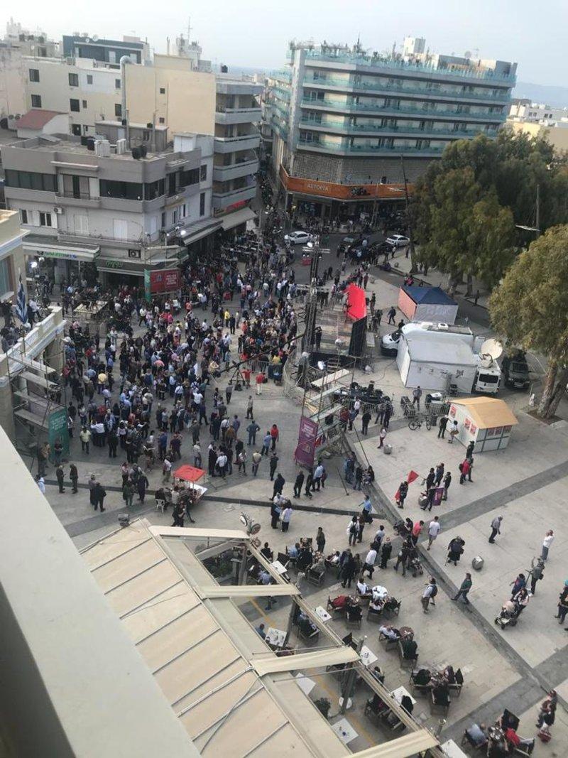 Ο κόσμος στις 7:30 στην πλατεία Ελευθερίας του Ηρακλείου