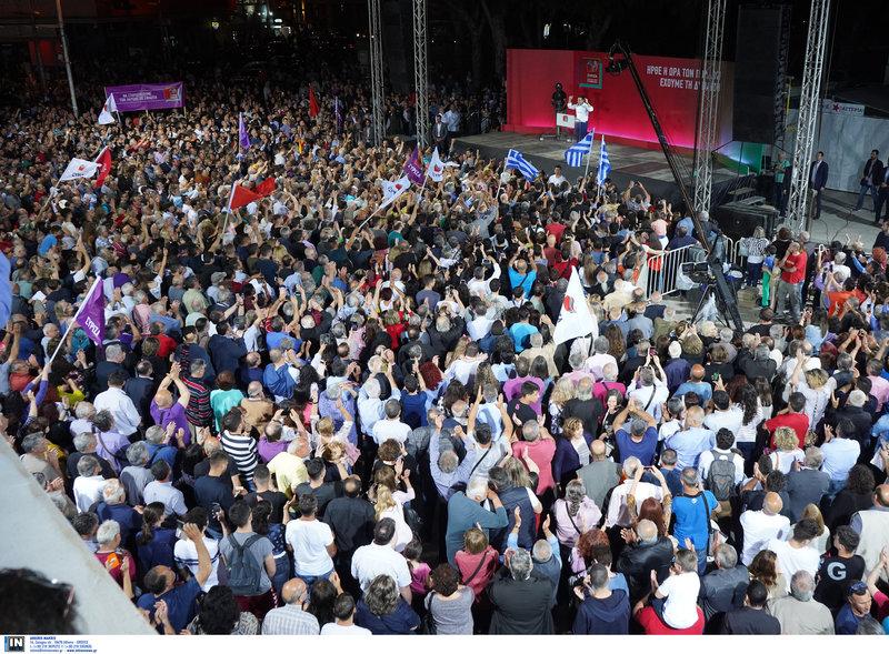 Κόσμος χειροκροτεί τον Αλέξη Τσίπρα μετά την ομιλία του